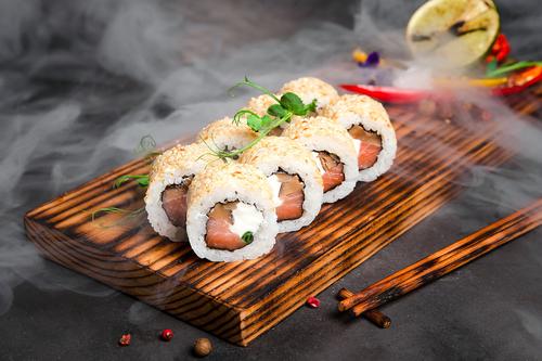 Ролл с подкопченым лососем и шиитаке