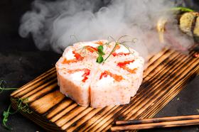 Ролл в рисовой бумаге с подкопченым лососем